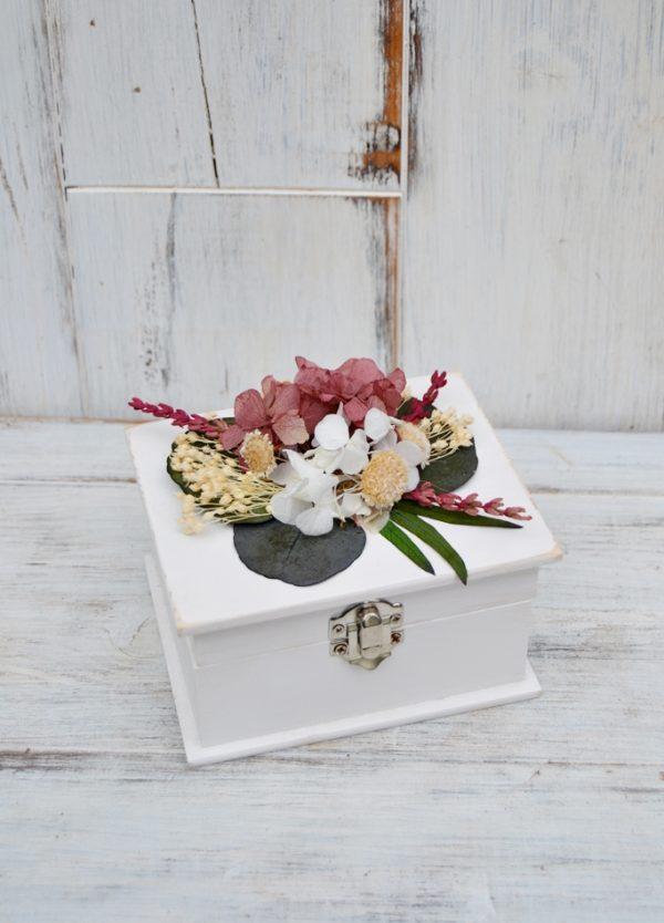 caja porta alianzas con flores preservadas